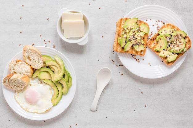 Toast met avocado en gebakken ei als ontbijt