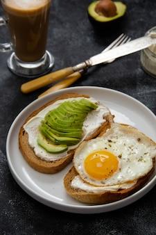 Toast met avocado en gebakken ei met kaasroom