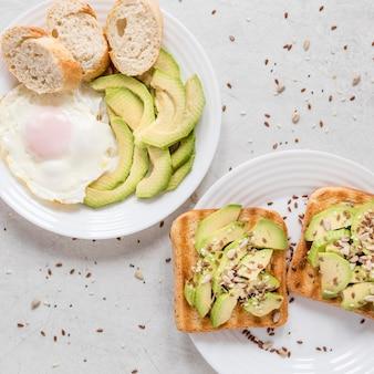 Toast met avocado en gebakken ei op plaat
