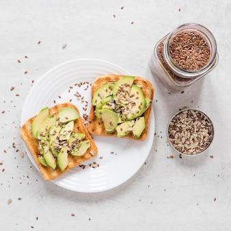 Toast met avocado en zaden