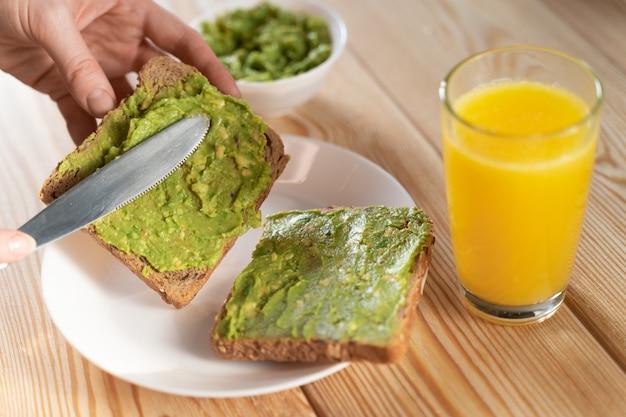 Toast met avocado guacamole. dieet ontbijt. heerlijk en gezond plantaardig voedsel.