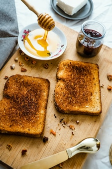 Toast met honing, roomkaas en rode bessenjam