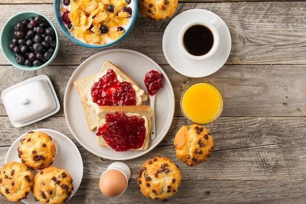 Toast met jam, koffie en sap