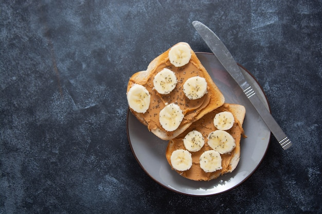 Toast met pindakaas en banaan
