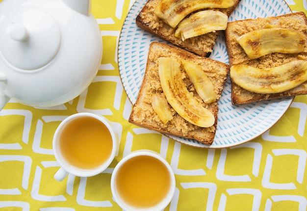Toast met pindakaas en gebakken banaan, heerlijk ontbijt