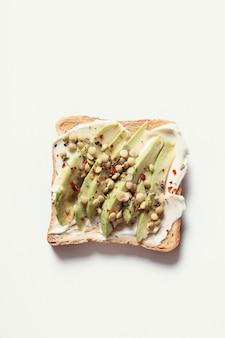 Toast met roomkaas en avocado