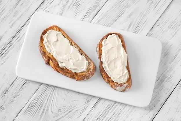 Toast met roomkaas op de serveerschaal