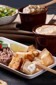 Toast met syrische wrongel, humus en babaganush