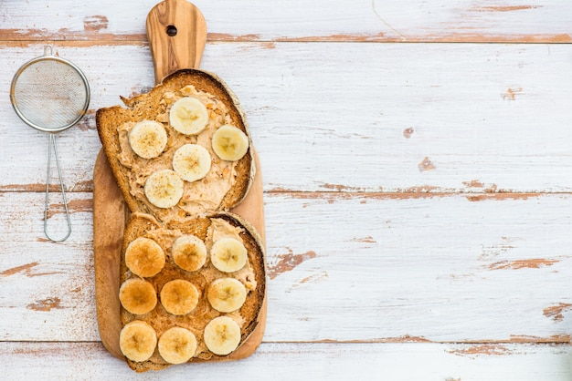 Toast van wholewheat bread met pindakaas en banaan