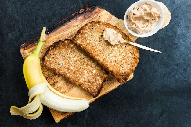 Toast van wholewheat-brood met pindakaas