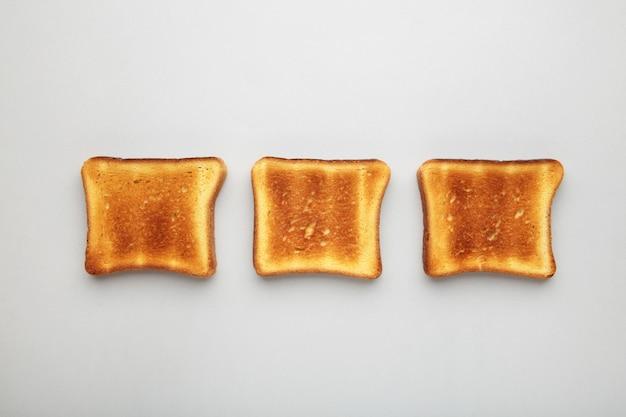 Toastbrood op grijs.