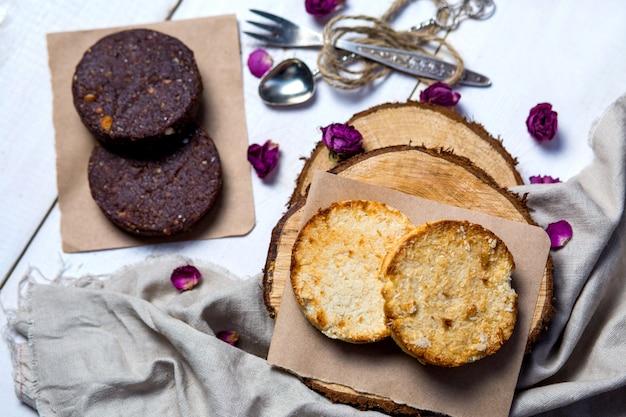 Toastplakjes van kokosbrood en plakjes banaanbrood van chocolade-walnoot