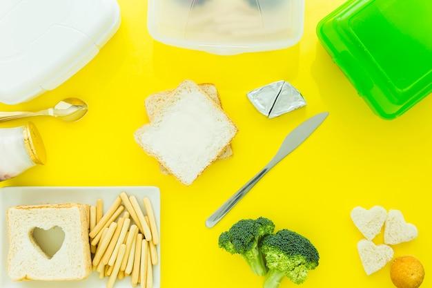 Toasts dichtbij lunchboxes en voedsel