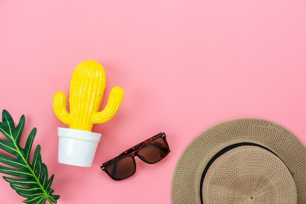 Toebehoren van de lijstbovenkant van kledingsvrouwen plannen om in de zomervakantie te reizen