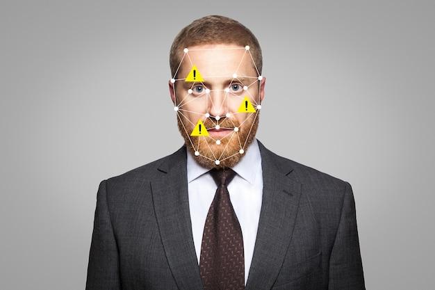 Toegang geweigerd . biometrische verificatiefout - zakenman gezichtsherkenning met bug. technologie van gezichtsherkenning op een veelhoekig raster is geconstrueerd door de punten van it-beveiliging en -bescherming.