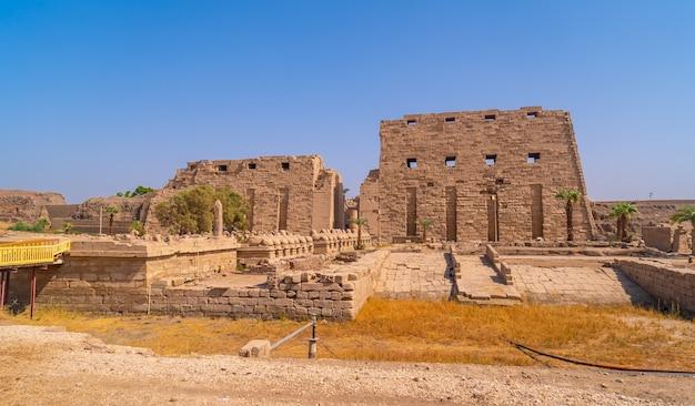 Toegang tot de karnak-tempel met zijn prachtige gang met ramsculpturen. egypte
