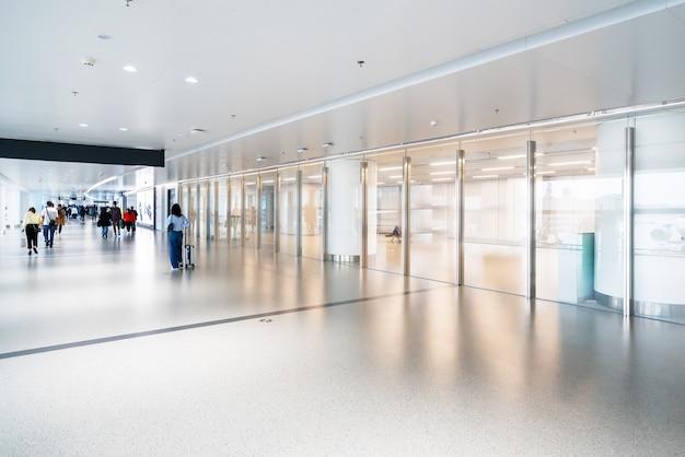 Toegang tot de luchthaventerminal en glazen ramen