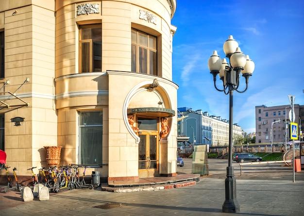 Toegang tot het gebouw van het restaurant van praag op arbat in moskou op een zomerochtend