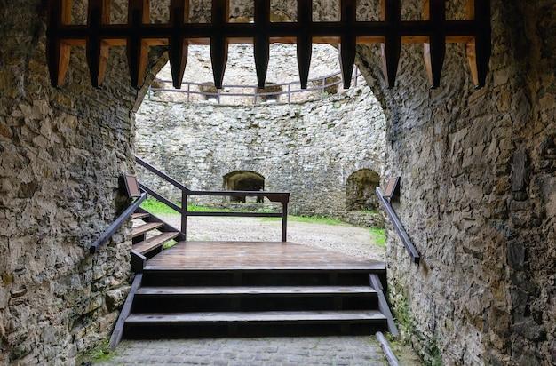Toegang tot het kasteel van lubovna (slowakije). gebouwd in 1280 y poolse hertog boleslaw.
