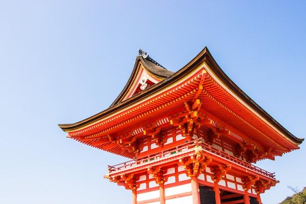 Toegangspoort kiyomizu-dera tempel tijdens kers (sakura) bloesem tijd