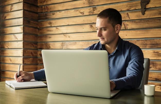 Toegewijde zakenman die nota's in een dagboek neemt