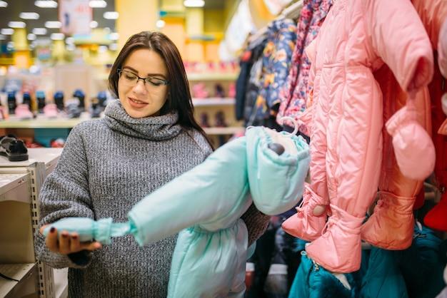 Toekomstige moeder in de winkel voor pasgeborenen
