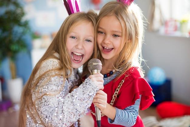 Toekomstige sterren zingen samen een favoriet liedje