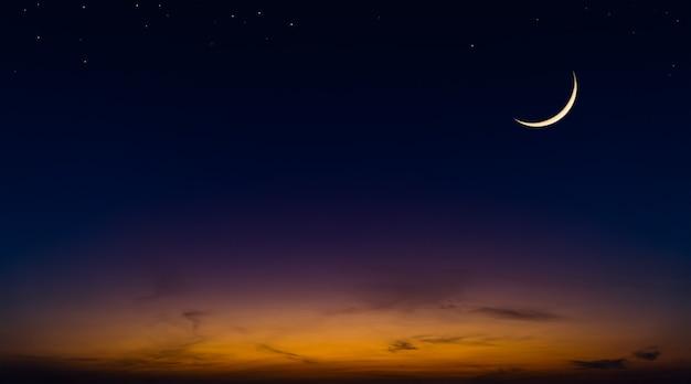 Toenemende maan op de avond van de schemeringhemel met kleurrijk zonlicht na zonsondergang, schemerhemel.