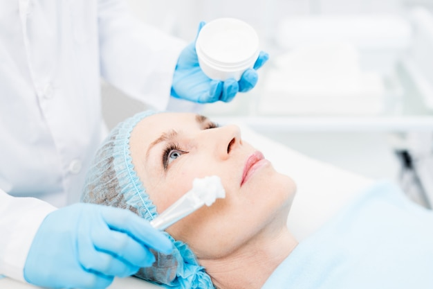 Toepassing van een vochtinbrengende crème op een gezuiverde huid
