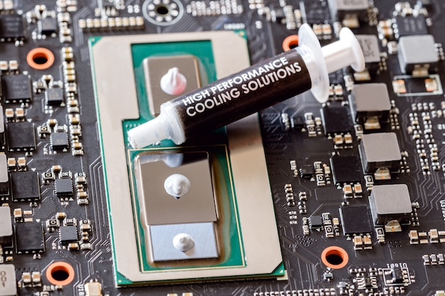Toepassing van thermisch vet op cpu close-up moderne processor