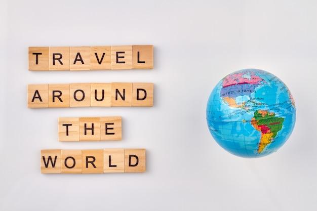 Toerisme en reis rond de wereld. avontuur en ontdekkingsconcept. blauwe bol op witte achtergrond.