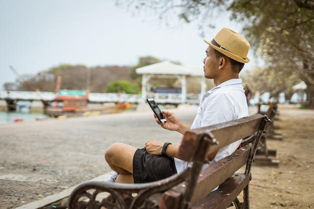 Toerisme hand houd mobiel voor neem een foto