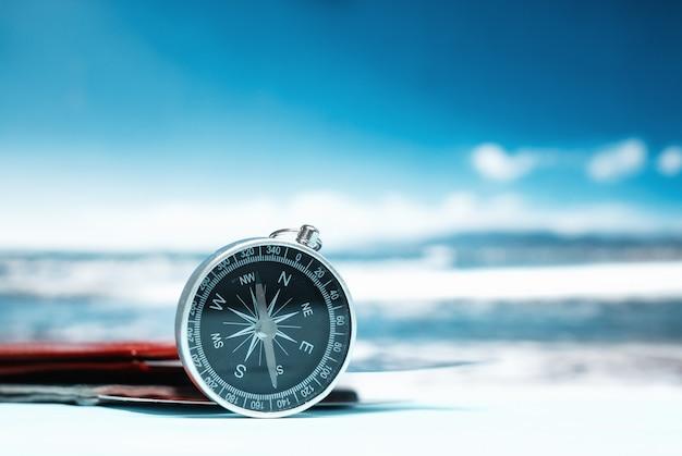 Toerisme met paspoort, kaartjes en kompas