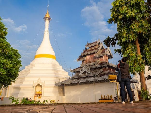 Toerist azië vrouw neemt afbeelding oude tempel
