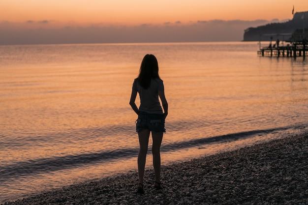 Toerist bij de zonsopgang die van het uitzicht geniet
