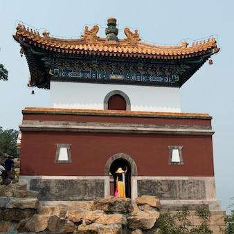 Toerist bij een paleis, vier grote gebieden, zomerpaleis, haidian-district, peking, china