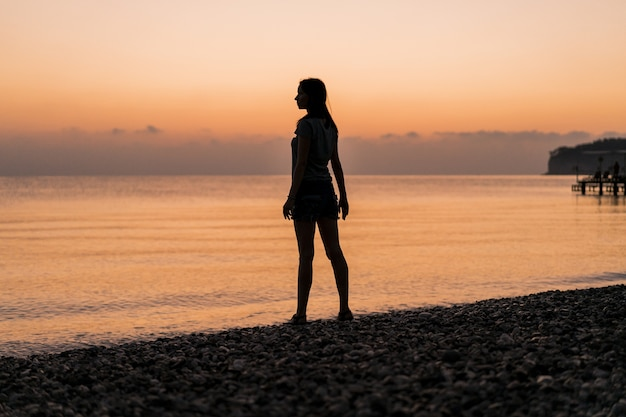 Toerist bij het lange schot van de zonsopgang