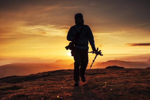 Toerist bij zonsondergang in de bergen van de top