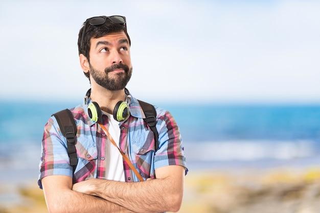Toerist denken over witte achtergrond