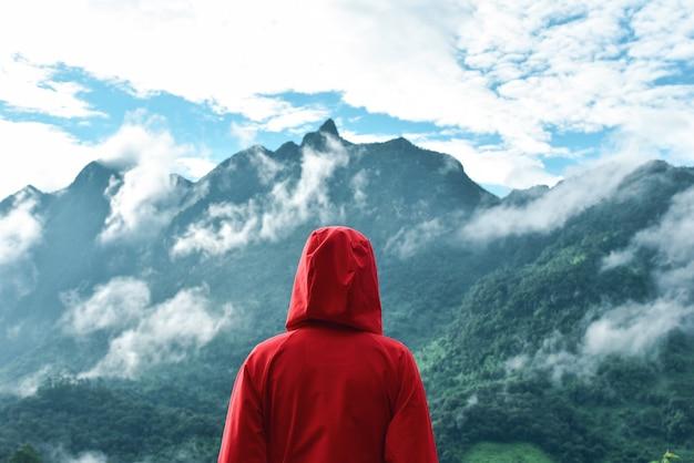 Toerist die bergmening met motivatiecitaat bekijkt