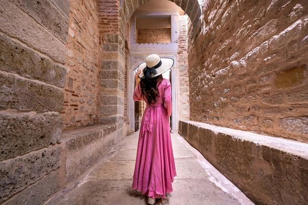 Toerist die bij oude stad in turkije bezoekt.