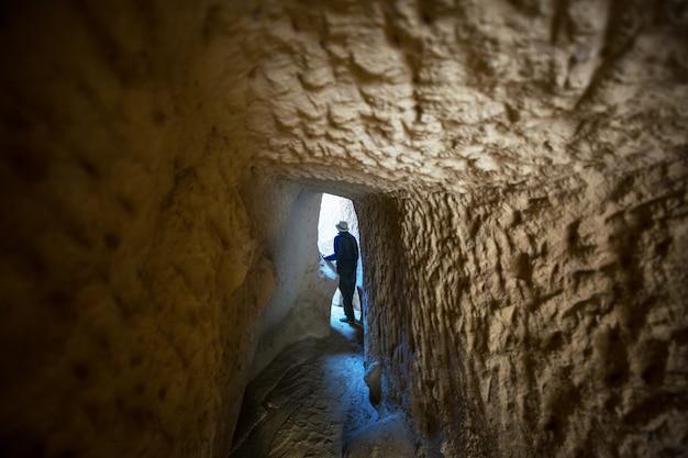 Toerist die bij tunnel van de ondergrondse stad in cappadocië, turkije loopt.