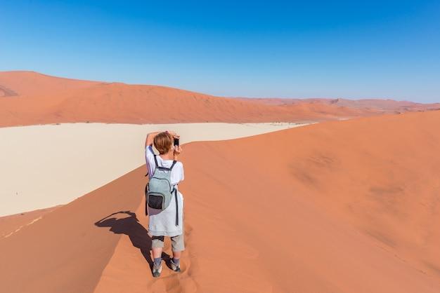 Toerist die foto neemt in sossusvlei, namibië