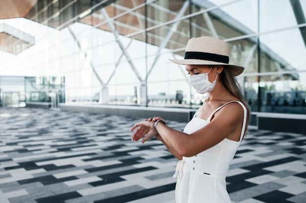 Toerist die in gek masker een vlucht in de buurt van de luchthaven wacht