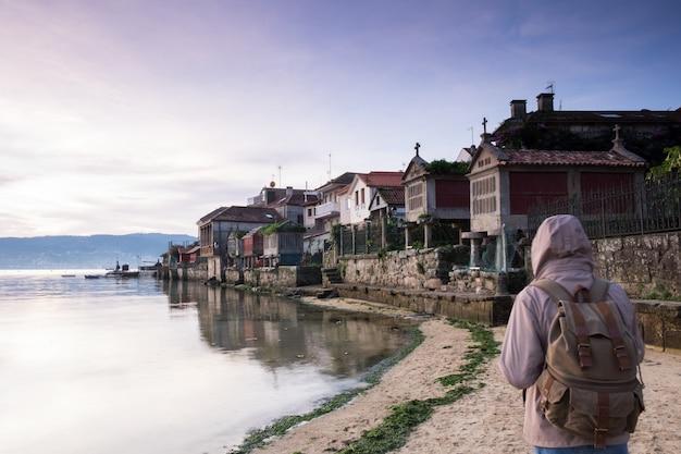 Toerist die langs de kust in de stad van combarro, pontevedra, galicië, spanje loopt