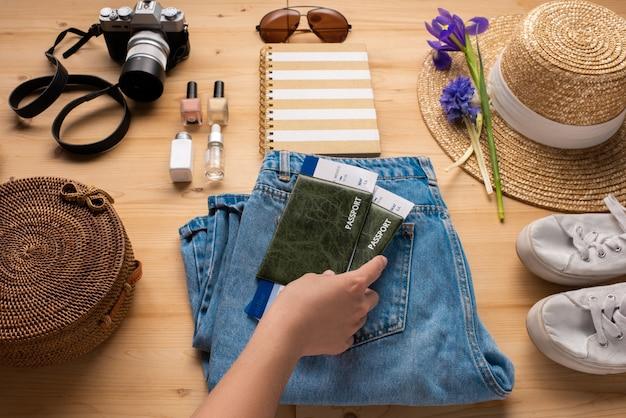 Toerist die paspoorten met kaartjes voor reis voorbereidt terwijl hij spullen inpakt