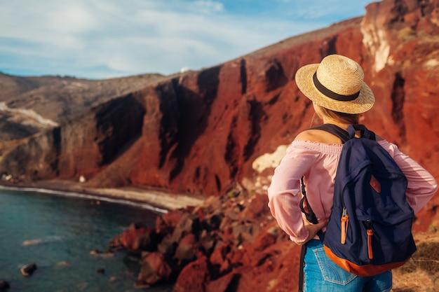 Toerist die rood strandlandschap bekijkt
