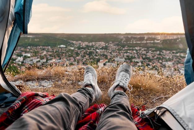 Toerist die van adembenemende uitzichten geniet