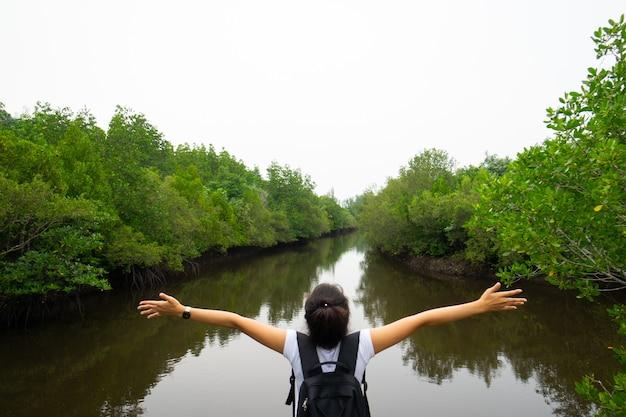 Toerist genieten in vrijheid en frisse lucht in de natuur