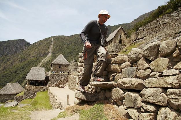 Toerist in de verloren inca-stad machupicchu